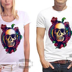 Мужчина и женщина в футболке с черепом и розами