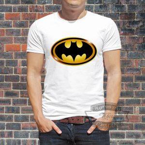 Мужчина в футболке с Бэтменом