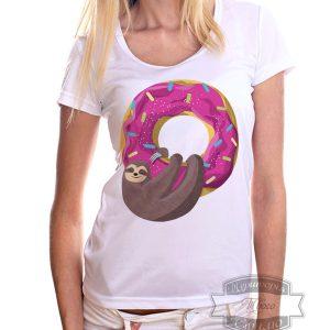 Девочка в футболке с пончиком