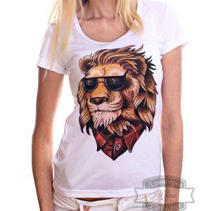 девушка в футболке с львом в очках