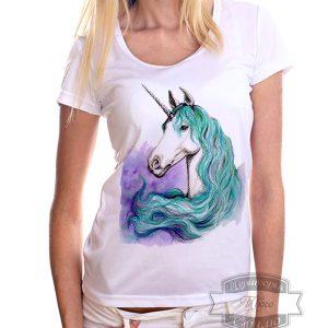 Девушка в футболке с единорогом