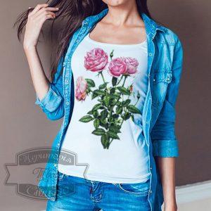 Девушка в футболке с розами