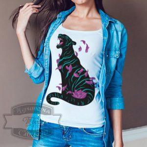 Девушка в футболке с пантерой