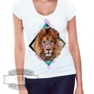 девушка в футболке с львом