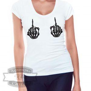 девушка в футболке с скилетом