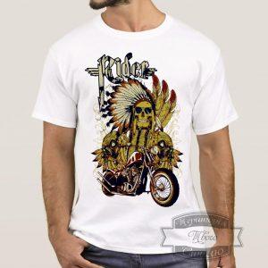 Мужчина в футболке с байкером