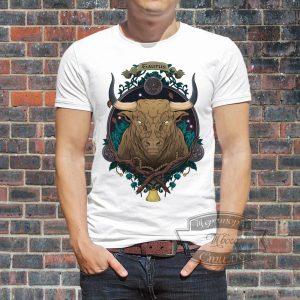 Мужчина в футболке с быком