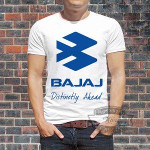 мужчина в Bajaj футболке