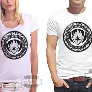 мужчина и женщина в футболке с черным кругом