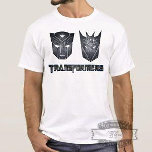 мужчина в футболке с трансформерами