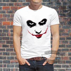мужчина в футболке со взглядом джокера