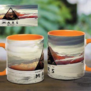 оранжевая кружка на столе 30 seconds to Mars