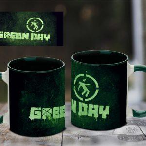 зеленая кружка грин дей на столе