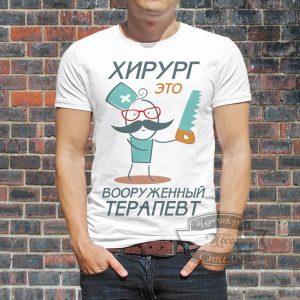 Мужчина в футболке с врачом