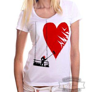 девушка в футболке с сердцем