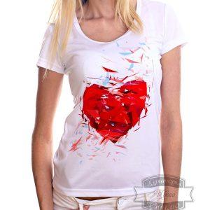 женщина в футболке сердце геометрик