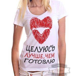 Девушка в футболке с губами и надписью