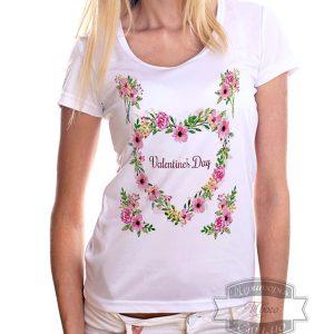 девушка в футболке с цветами