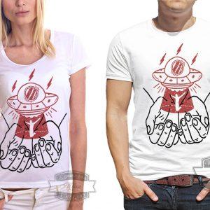 пара в футболках с нло и руками
