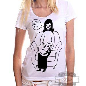 девушка в футболке с кошкой
