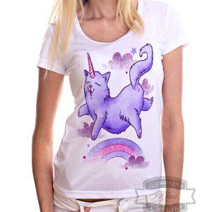Девушка в футболке с котом единорогом