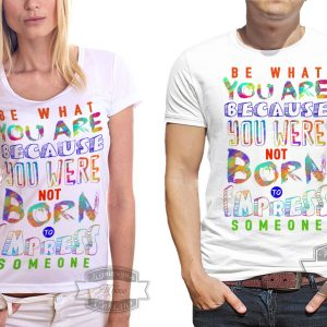 Пара в футболках с разноцветными буквами