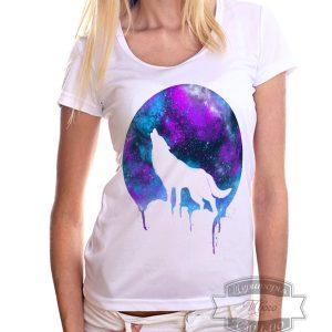 девушка в футболке с волчицей