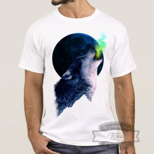 мужчина в футболке с волком