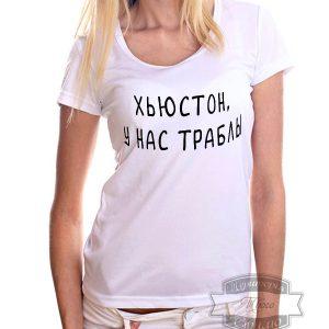 девушка в белой футболке с надписью