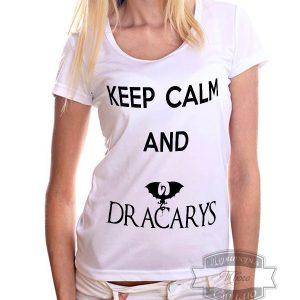 девушка в футболке с надписью