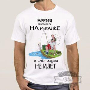 Мужчина в футболке для рыбака