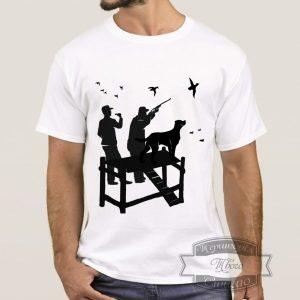 мужчина в футболке с охотниками