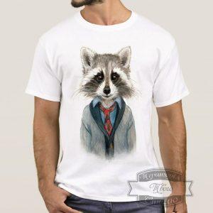 мужчина в футболке с енотом