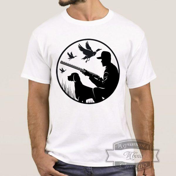 Чорловік в футболці з мисливцями