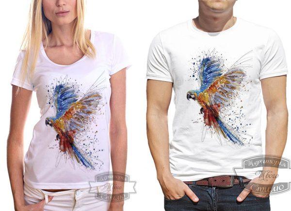 мужчина и женщина в футболке с попугаем