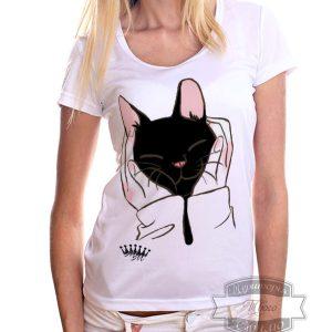 девушка в футболке с черням котом