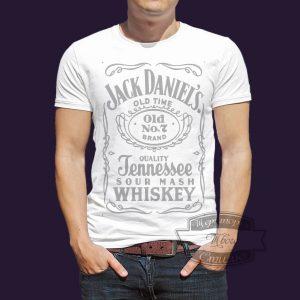 мужчина в футболке джек дениелз