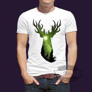 футболка изумрудный олень на фоне луны